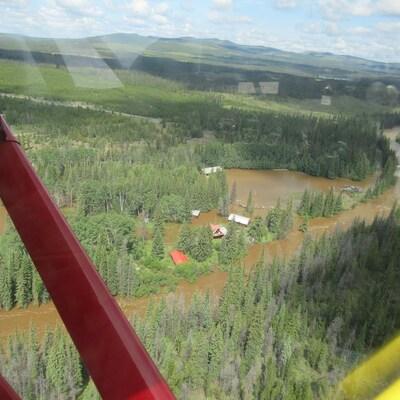 Vue d'un hélicoptère survole les inondations.