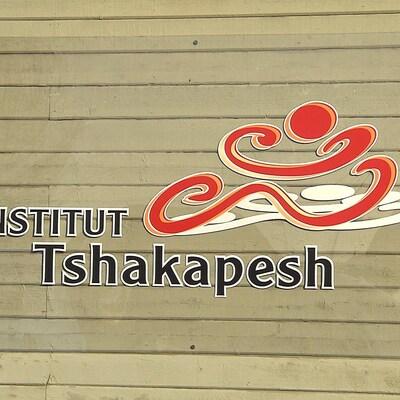 Devant l'Institut Tshakapesh à Uashat.