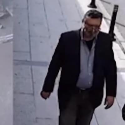 Image divisée montrant Jamal Khashoggi, à gauche, et un autre homme, qui semble porter les mêmes vêtements que lui, à droite.