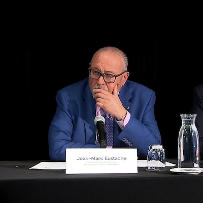 Jean-Marc Eustache et Jean-Yves Leblanc écoutent la question d'un journaliste.