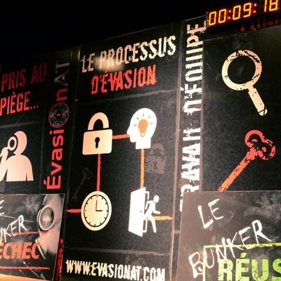 Des affiches présentent le concept d'un jeu d'évasion.