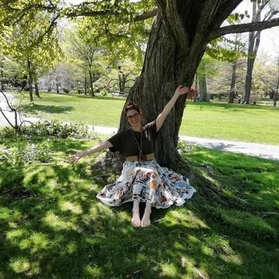 Julietta Sorensen Kass sous un arbre aux jardins publics d'Halifax.
