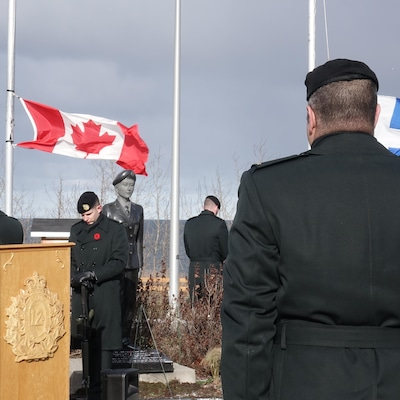 Des militaires assistent à la cérémonie, dans le parc nommé en l'honneur de Karine Blais, aux Méchins.