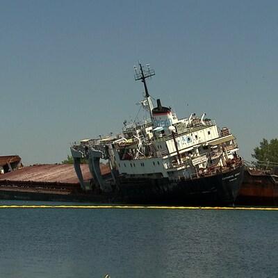 Un bateau dans l'eau qui semble menacer de se renverser.
