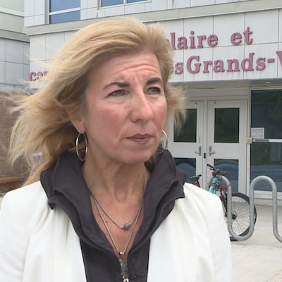 Une photo de Kim Christianson, en entrevue télévisée.