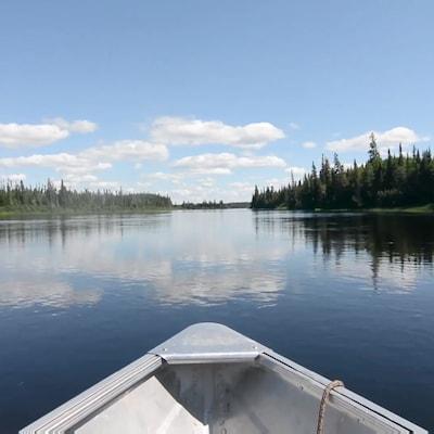 Une barque sur un lac.