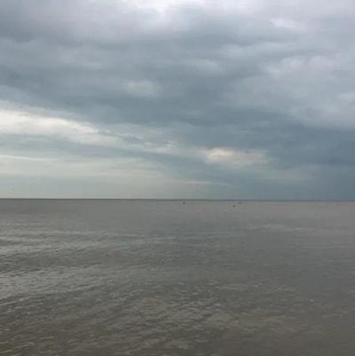 Photo d'une grande étendue d'eau sous un ciel gris.