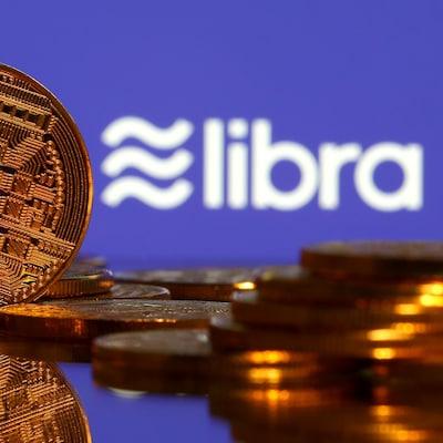 Pièces de monnaie placées devant un écran où il est écrit « libra ».