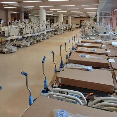 Des lits d'hôpitaux alignés.