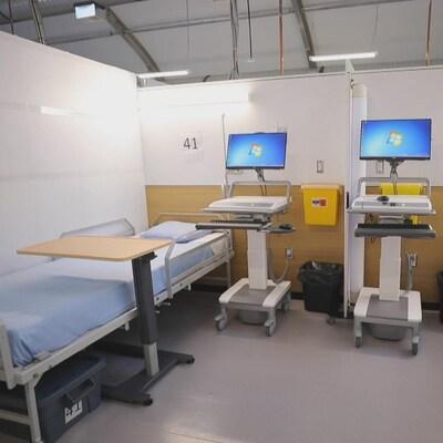 Une chambre d'hôpital avec deux lits et des installations médicales.