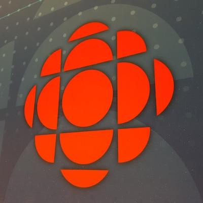 Logo de CBC/Radio-Canada sur un fond texturé