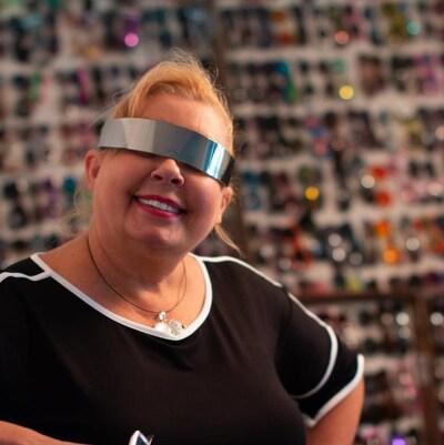 Une femme avec des lunettes de soleil originales.