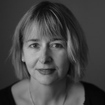 Portrait en noir et blanc de l'auteure et traductrice littéraire Lori Saint-Martin