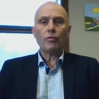 Le directeur général du District scolaire francophone Nord-Ouest, Luc Caron, lors d'un point de presse virtuel jeudi matin.