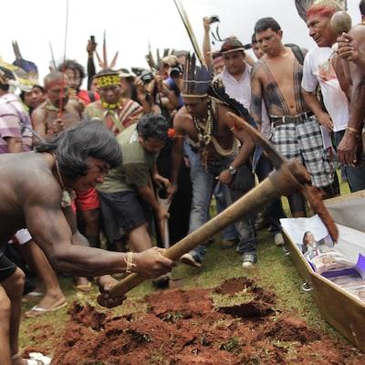 Des Autochtones lors d'une manifestation.