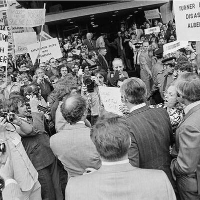 Des gens manifestent autour du premier ministre Trudeau de l'époque