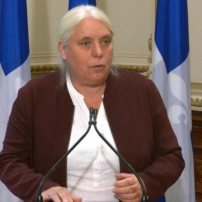 Manon Massé s'adresse aux journalistes.