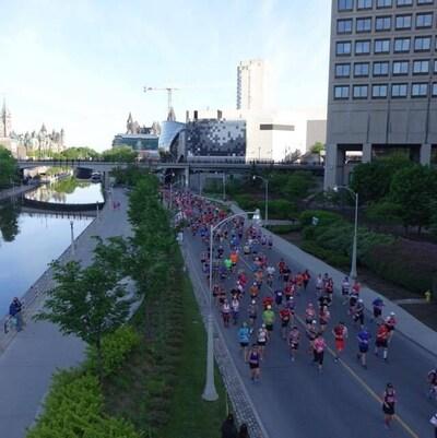 Des dizaines de coureurs visibles du haut d'un pont. (Archives)