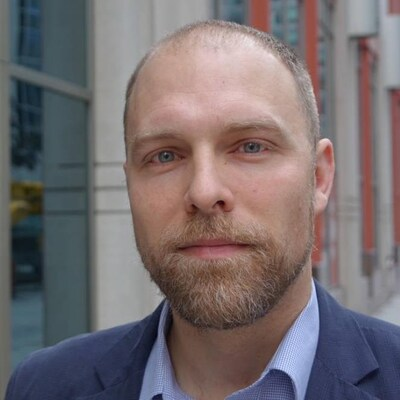 Marc Hull-Jacquin devant les bureaux de Radio-Canada à Ottawa.