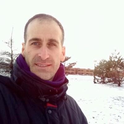 Marcelo Berti Marques photographié à l'extérieur.