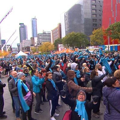 Une foule au de marcheurs rassemblés au Quartier des spectacles.