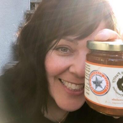 La Sherbrookoise d'origine Geneviève Beaudet a remporté l'argent lors d'un prestigieux concours de marmelade tenu en Écosse. On la voit ici qui tient l'un de ces fameux pot, avec la mention Argent.