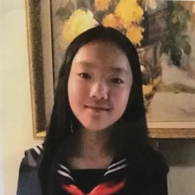 Une jeune fille asiatique avec des cheveux lisses noirs.