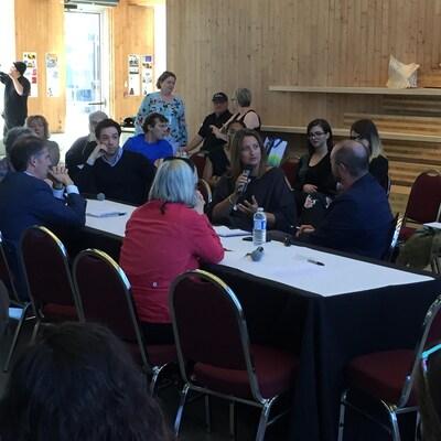 Des personnes assises autour d'une table en train de discuter