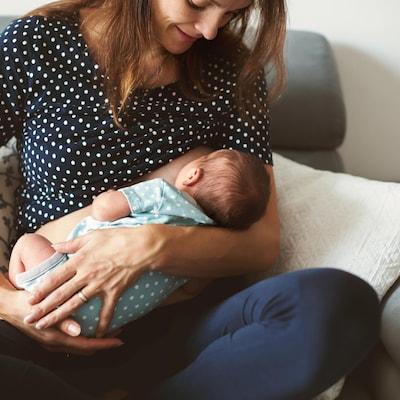 Une mère allaite son bébé