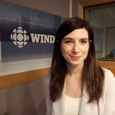 Photographiée dans les studios de Radio-Canada à Windsor, la professeure sourit.