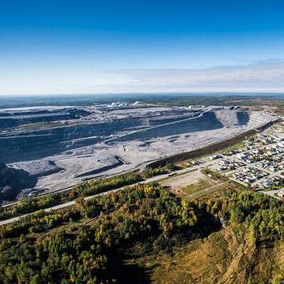 Vue aérienne de la mine et des maisons bordent la mine Canadian Malartic