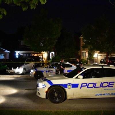 voitures de police devant une maison à Mississauga