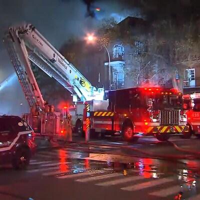 Plusieurs camions de pompiers sont sur place.