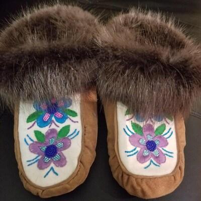 Des pantoufles qu'a fabriquées Mme Tin.
