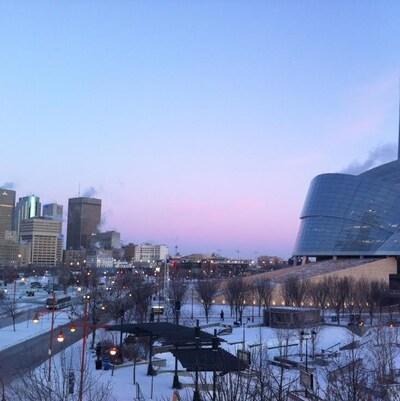 Photo paysage du Musée canadien pour les droits de la personne et le centre-ville de Winnipeg.