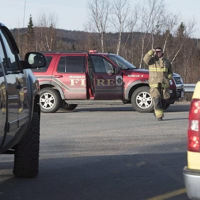 Des pompiers près de Musquash au Nouveau-Brunswick où des inondations ont forcé l'évacuation de la communauté le 14 janvier 2018.