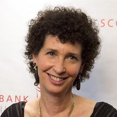 La romancière sourit aux caméra à son arrivée sur le tapis rouge des prix Giller.
