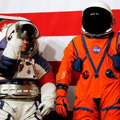 La future combinaison extravéhiculaire (à gauche), et celle que les astronautes porteront à l'intérieur de la capsule Orion.