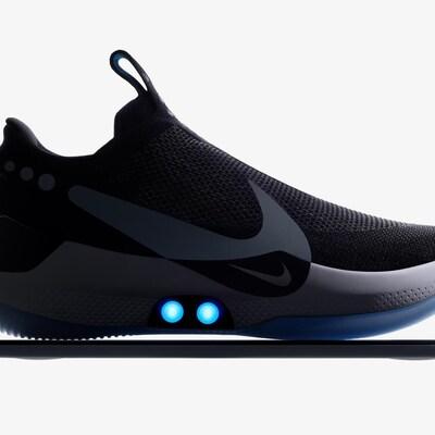Une photo montrant une chaussure Adapt BB de Nike de profil. Elle est noire sur le dessus et la semelle est blanche sur le côté et bleu pâle en-dessous.