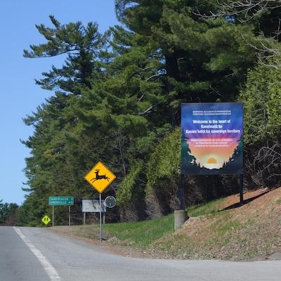 Un panneau annonce la délimitation de la communauté mohawk de Kanesatake et de la municipalité d'Oka.