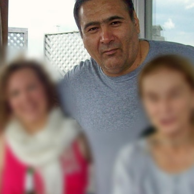 Une photo d'Oscar Anibal Rodriguez. On le voit entouré de trois amies, mais leur visage est brouillé.