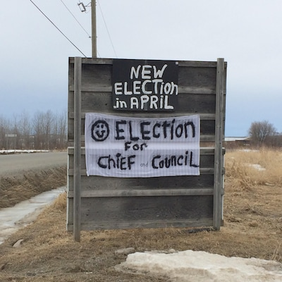 Une affiche indiquant «New election in april, Election for chief and council».