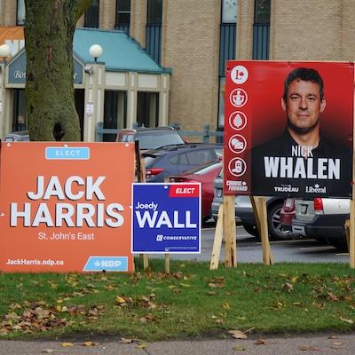 Des pancartes du NPD, du Parti conservateur et du Parti libéral.