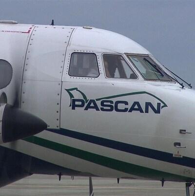 Gros plan sur la cabine de pilotage d'un avion de Pascan Aviation.