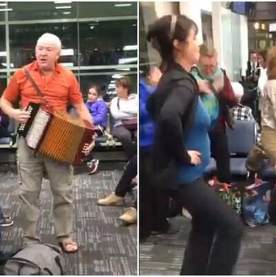 Photo d'un homme qui joue de l'accordéon et d'un autre, qui joue de la guitare, alors que deux femmes dansent.