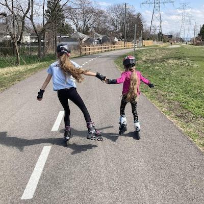 Deux filles en patin à roues alignées.