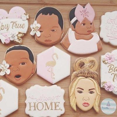 Des biscuits aux couleurs pastels et à l'effigie de Khloe Kardashian et de sa fille.