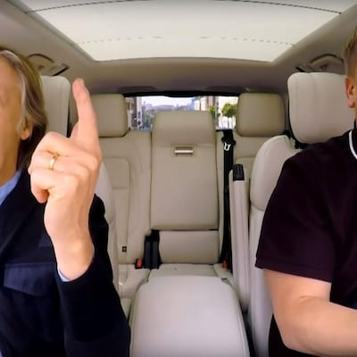 Paul McCartney et James Corden chantent ensemble dans une voiture, au Royaume-Uni, pour l'émission « The Late Late Show ».