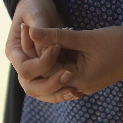Gros plan sur les mains d'une femme