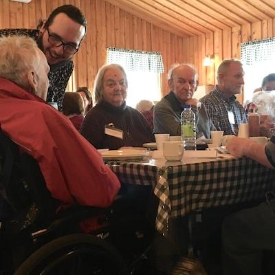 L'organisme Les Petits Frères organise simultanément 11 repas au Québec. À Trois-Rivières, 85 personnes étaient conviées à un repas de Pâques dans une cabane à sucre.